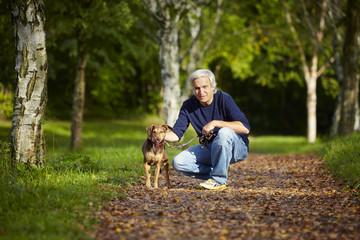 Wald Mann Hund Weg sitzen