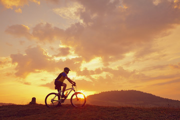 Biker Mountainbike Sonne Wolken