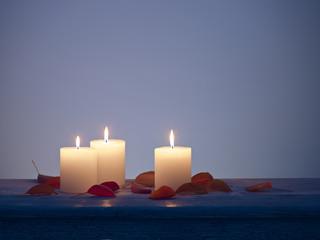 Blätter Holz Kerze angezündet