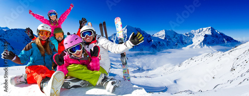 Staande foto Wintersporten Skiing, panorama - family enjoying winter vacation