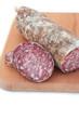 salame e fette di salame su tagliere