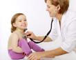Eine Kinderärztin hört ein Kind mit einem Stethoskop ab