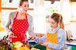 canvas print picture - Mutter bringt Tochter das Kochen bei