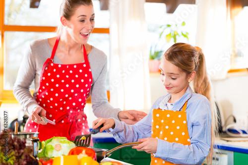 canvas print picture Mutter bringt Tochter das Kochen bei