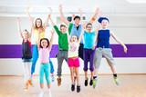 Tanzlehrer gibt Kindertanzen Zumba Fitness in Tanzstudio - 76328599