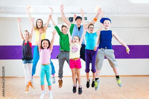 Leinwanddruck Bild Tanzlehrer gibt Kindertanzen Zumba Fitness in Tanzstudio