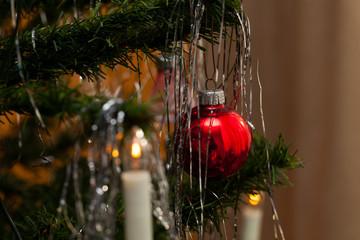 christmas tree - Weihnachtsbaum, rote Kugel