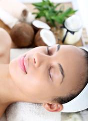 Piękna kobieta podczas zabiegów w salonie spa