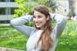 canvas print picture - Junge Frau im grauen Pulli entspannt im Park