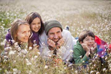 Familia tumbada en el campo
