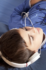 bambino ascolata musica con la cuffia