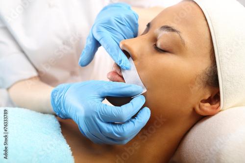 Depilacja  wąsika gorącym woskiem w salonie kosmetycznym