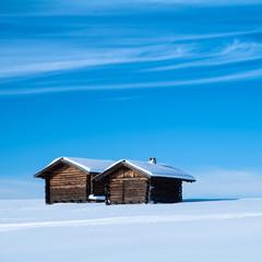 Skihütte im Schnee auf der Seiser Alm