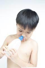 Children nasal clean by saline solution