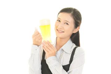 ビールジョッキを持つ笑顔の女性