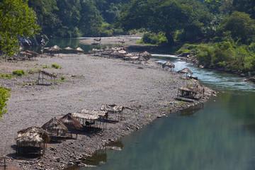 palapas junto al rio
