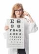 Augenärztin hält eine Sehtafel