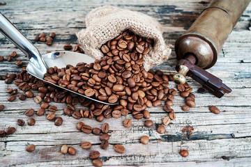 Kahve çuvalı ve değirmen