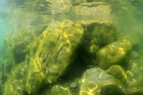 Felsiger Flachwasserbereich eines Sees