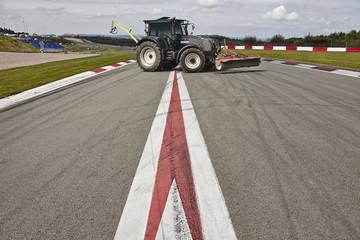 Traktor auf Rennstrecke