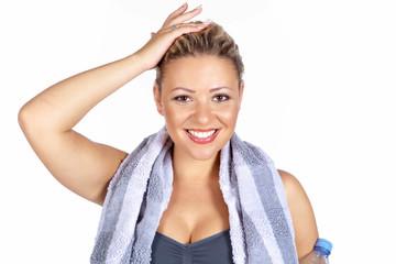 Junge Frau nach ihrem Fitnesstraining