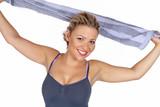 Lachende junge Frau mit Handtuch in der Hand
