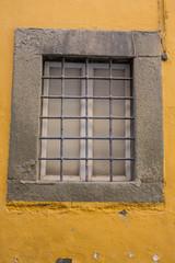 Finestra con inferiate, pietra serena cornice, esterno