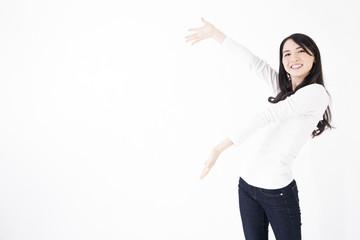 若い女性 驚きや笑顔で指差し広告スペース