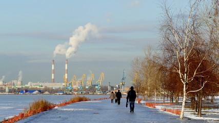 Пейзаж с трубами дымом и кранами