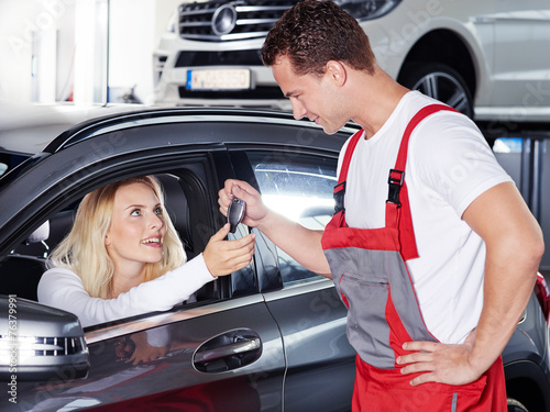 canvas print picture Key delivery between customer and mechanic
