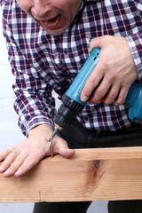 Bohrerunfall, Heimwerker bohrt in seine Hand
