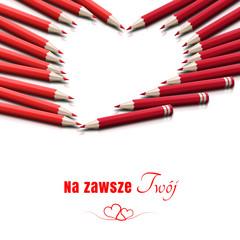 Kształt serca ułożony z czerwonych kredek
