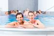 canvas print picture - Paar badet zusammen im Schwimmbad Pool