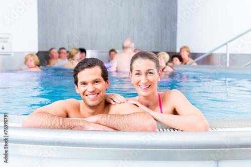 canvas print picture Paar badet zusammen im Schwimmbad Pool