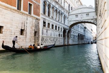 Gondola su canale sotto ponte dei sospiri a Venezia