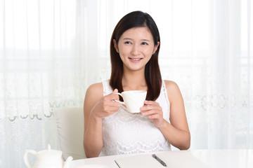 珈琲を飲む笑顔の女性
