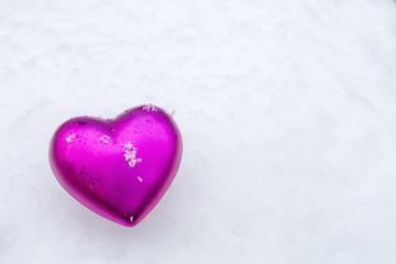 雪の上のピンクのハート