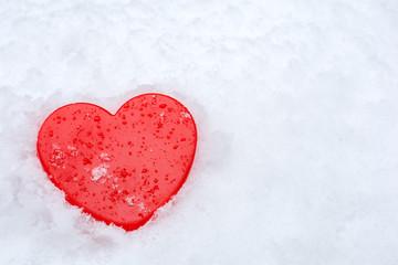 雪の中の赤いハート
