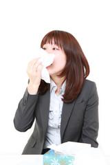 鼻炎に苦しむビジネスウーマン