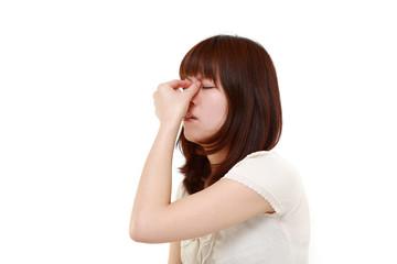 眼精疲労に悩む女性