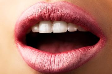 Розовые губы крупным планом