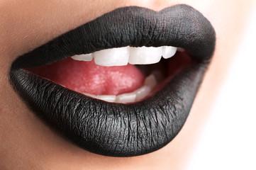 Чёрные губы матовые крупным планом