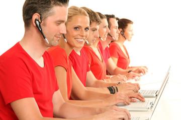 Mitarbeiter arbeiten vor dem PC