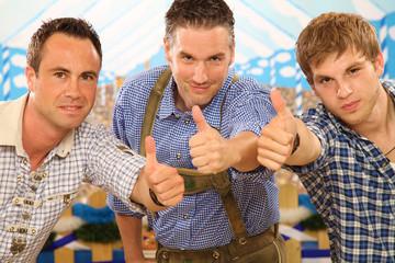 Drei Männer in Trachtenkleidung