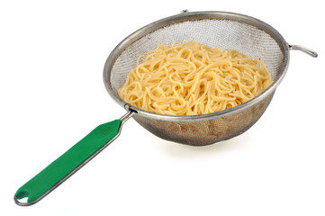 Spaghettis dans une passoire