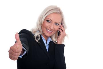 Junge Geschäftsfrau telefoniert und hält Daumen hoch