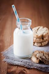 Frische Milch und Haferplätzchen
