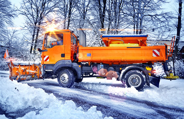 Winterdienst – Streufahrzeug Schneepflug im Einsatz