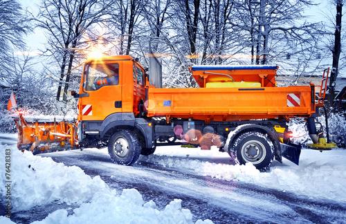 Leinwanddruck Bild Winterdienst – Streufahrzeug Schneepflug im Einsatz