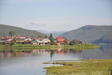Деревня в горном ущельес рекой.
